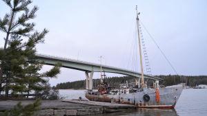 Skrotbåten bogserad till bryggan invid Emsalö bro 15.01.20
