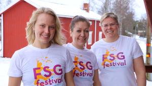 Tre kvinnor står på rad. Alla tre har en t-skjorta med texten FSG-festival Närpes 2020.