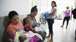 Kvinnor med sina nyfödda på sjukhuset i Cucuta, Colombia.