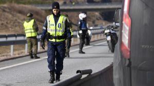 Polis och beväringar bevakar Nylands gräns vid en kontrollstation gränsen mellan Lojo och Salo.