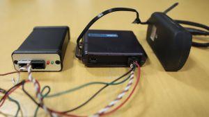 Små tekniska apparater med sladdar.