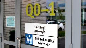 """Sjukhusdörr med texten """"Onkologi/Strålbehandling"""""""