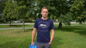 Sven Ivars i Kuppisparken mellan två träd