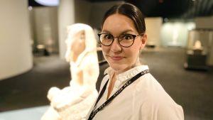 Museilektor Melanie Orenius på Amos Rex.