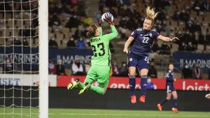 Skottlands Erin Cuthbert försöker få hål på Finlands målvakt Tinja-Riikka Korpela.