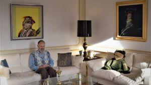 Albert de la Chapelle med sina favorittavlor på väggarna och Kermit i soffan.