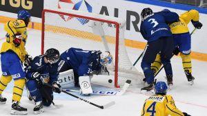Sverige gör mål mot Finland.