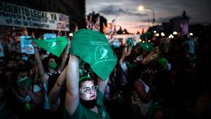 Förespråkare av en abortlag i Argentinas huvudstad Buenos Aires demonstrerar med gröna banderoller.