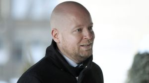 Jussi Saramo i svart ytterrock.