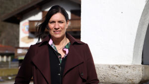 Turistchefen Stephanie Hintermayr utanför rådhuset i Bayrischzell