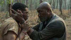 Pappa Paul försöker lugna sonen David genom att hålla hårt om hans huvud.