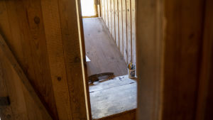 En liten skrubb med litet fönster och skrivpulpet. Gammalt hus.