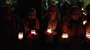 Högstadieelever från Norsen uppvaktar på hjältegravarna i Sandudd inför självständighetesdagen 2014.