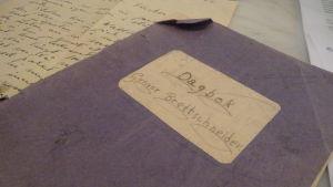 Gunvor Brettschneiders blå, tummade dagbok från tiden i interneringslägren 1944-1946