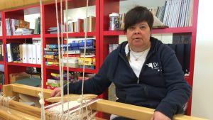 Eva Koivisto gillar att handarbeta.