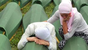 Sorg i Bosnien och Hercegovina. Minnesceremoni i juli 2014.