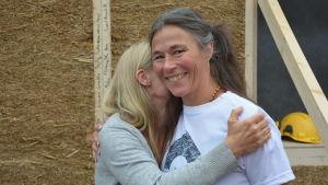Arkitekten Kati Juola-Alanen kramas om av sitt barns lärare i Mikaelskolan.