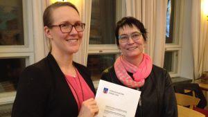 två kvinnor med planedokument
