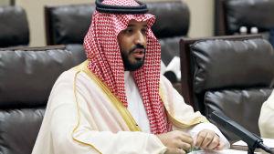 Mohammed bin Salman håller ett anförande.