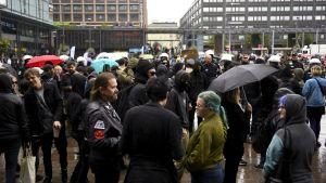Demonstranter vid Narinkens torg i Helsingfors.