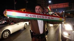 Kurder firar för att visa stöd för Kurdistans självständighetsomröstning.
