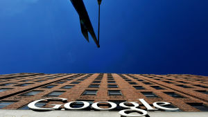Googlen iso toimistorakenus New Yorkissa kuvattuna alhaalta ylös.