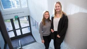 vas. Linn Söderlund oik. Karin Biström valkoinen betonseinä portaikko