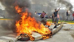 Brinnande bråte vid demonstration i Honduras.