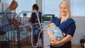 Martiina Grönholm työskentelee kätilönä Turun yliopistollisessa keskussairaalassa.