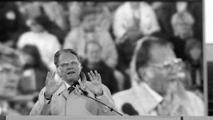 Billy Graham talar på Olympiastadion i Helsingfors den 25 augusti 1987.