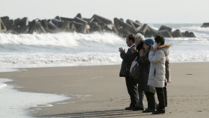 Japan höll tyst minut och hedrade offren i Fukushima-olyckan.