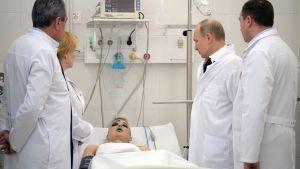 Putin besöker skadade efter branden i köpcentret i Kemerovo