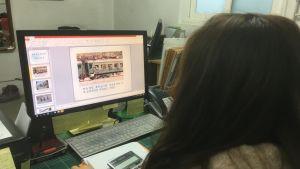 Oh Jil-Hyun visar bilder av ett överfullt nordkoreanskt tåg. Det var på ett sådant tåg som hennes far invalidiserades