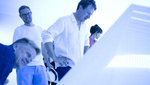 Keskustakirjasto Oodin suunnittelijat Juho Grönholm, Antti Nousjoki ja Samuli Woolston tutkivat Dorte Mandrupin Grönlannin jäätikölle suunnittelemaa näköalapaikkaa