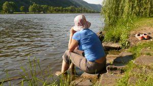 en kvinna sitter ensam på en strand