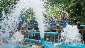 Räddningspersonal pumpar vatten ur Tham Luang-grottan.