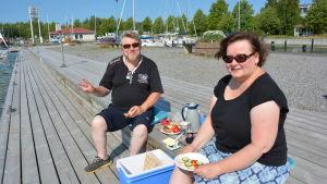 Riitta Iiskola och Kari Juvonen sitter på bryggan i Pargas gästhamn.