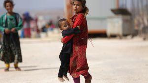 På flykt från Idlib i Syrien. Flyktingläger nära gräsnen mot Turkiet.