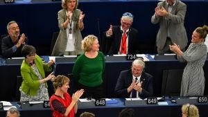 Kolleger applåderar åt Europaparlamentarikern Judith Sargentini efter omröstningen om att ta i bruk artikel sju mot Ungern.