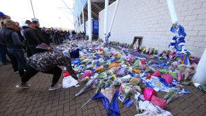 Supportrar lägger blommor utanför Leicesters hemmaarena.