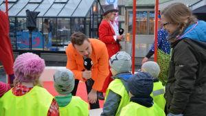 """Jonathan """"Jontti"""" Granbacka pratar med barnen under Näsdagen 2018 i Jakobstad."""