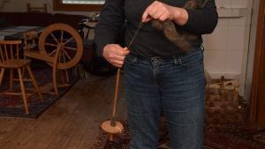 En slända som man spinner ull med.