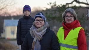 Tredjeklassaren Felix Franck, byföreningsmedlemmen Hanna Räisänen och Fiskarin koulus rektor Katri Pailos.
