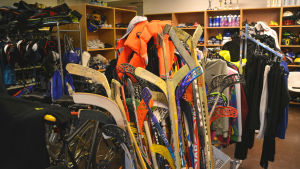 Massa olika klubbar och kläder inne i affären