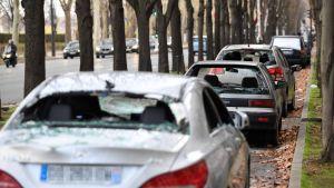 Bilar med krossade vindrutor på Quai d'Orsay i Paris på söndag förmiddag.