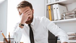 Trött man på ett kontor