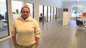 kvinna i kontorsutrymme