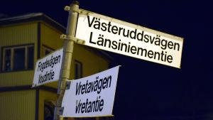 En vägskylt där det står Västeruddsvägen.