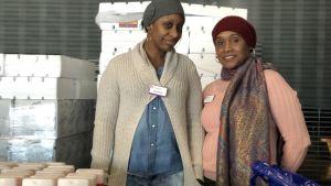 Två frivilliga matutdelare åt de permitterade statsanställda.
