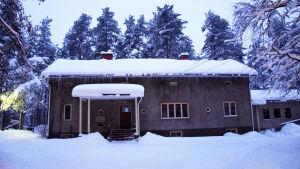 En rappad byggnad täckt med snö.